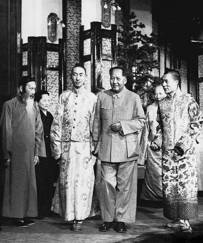 Встреча в 1956 г. Справа от Мао Цзэдуна — Далай-лама, слева — Панчен-лама, Чжан Лань и Сун Цинлин.