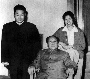 Мао Цзэдун и его сын Мао Аньцин с женой Шао Хуа