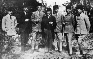 Известные националисты на съезде в Сивасе. В центре — Мустафа Кемаль.