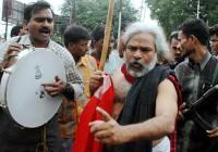 Гаддар исполняет революционные песни возле полицейской станции Чадергхат в Хайдарабаде после ареста революционного писателя Варавара Рао (2005 г.)