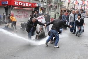 Нападение полиции на демонстрантов на пл. Таксим в Стамбуле (1 мая 2015 г.)