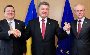 Президент Еврокомиссии Жозе Мануэль Баррозу, президент Украины Пётр Порошенко и президент Европейского Совета Херман Ван Ромпей.