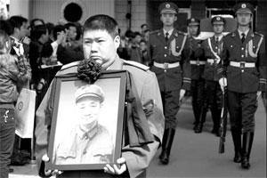 Мао Синьюй на похоронах отца